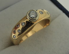 Yellow gold 14 kt ring inlaid with diamonds –0.33 ct in total –ring size: 17