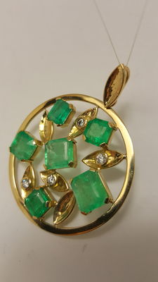 18 kt yellow gold Pendant with certified Colombian emeralds totalling 14.31 ct and diamonds totalling 0.20 ct 53.9 mm