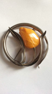 Antique brooch in silver with amber.