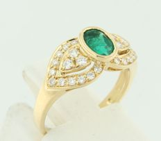 18kt yellow gold ring set with a central emerald and set on the sides with brilliant cut diamonds, ring size 15.25 (48)