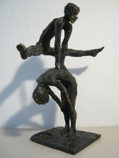 "Astrid Veldhuyzen-Koppen - Heavy, signed and dated sculpture - ""de Bokkesprong"" (hopscotch) - made on commission."