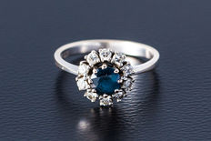750 white gold ring with central sapphire, surrounded by 10 diamonds, approx. 0.4 ct