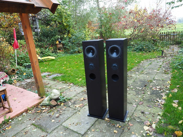 elipson colonne du son standing speakers with audiophile characteristics for smaller spaces. Black Bedroom Furniture Sets. Home Design Ideas