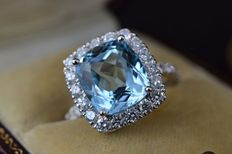 White gold entourage ring with natural topaz and diamonds, ring size: 53 (16.75 mm in diameter)