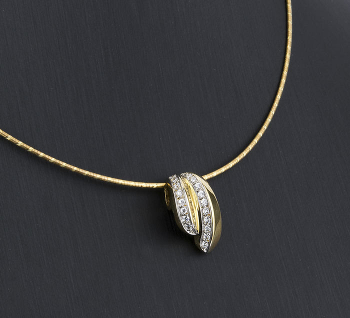 18 kt/750 Gold – Choker with Gold Pendant and 19 Zirconias – Choker length: 40 cm (approx.).