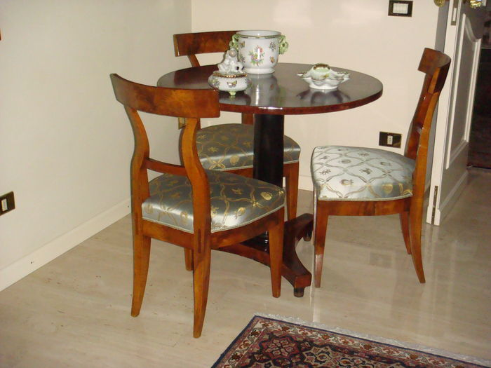 A late Empire walnut table - together with three Biedermeier walnut dining chairs - Italy - circa 1830