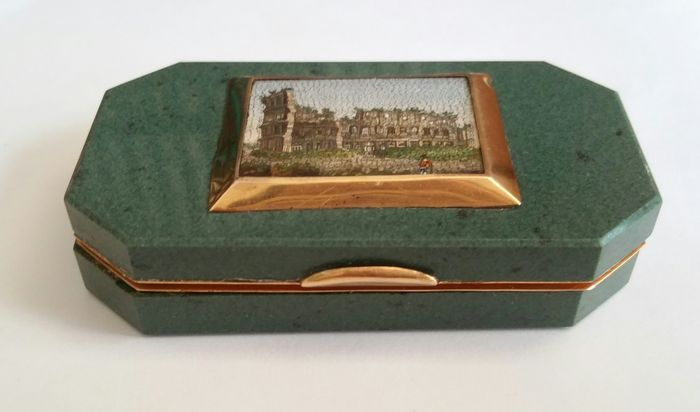 A green hardstone and 18K gold mounted micro-mosaic snuff box - in the manner of Rafaelli - Italy - circa 1830