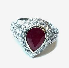 Exceptional 18 kt white gold, diamonds and natural pear ruby