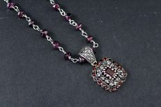 Necklace with pendant in 14 kt rose gold and silver – Coronet of K-colour diamonds totalling 0.25 ct