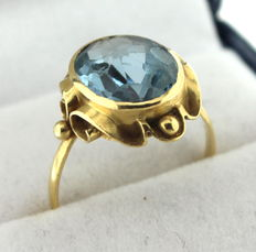 Yellow gold ring inlaid with topaz