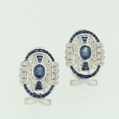 White gold ear studs in art deco style of 14 kt, set with 44 oval faceted cut and princess cut sapphires of 2.00 ct and 80 single cut diamonds of 0.40 ct, dimensions: 1.8 x 1.3 cm