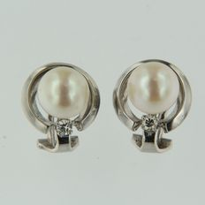 14 kt white gold earrings set with cultivated pearl and diamond.