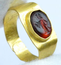 Ancient Roman Gold Intaglio Ring - Carnelian Stone Depicting Roma - 18 mm