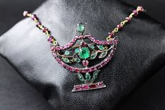 Necklace and brooch in 14 kt gold and 925 silver – Emeralds and rubies – 1950s style