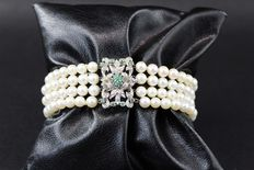 Bracelet – Cultured saltwater pearls, 4-4.5 mm – Gold clasp – 15 emeralds totalling 0.25 ct – Total weight: 00138 grams.