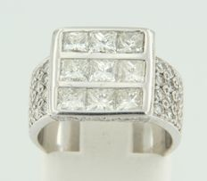 18 kt white gold ring set with 9 princess cut and 68 brilliant cut diamonds