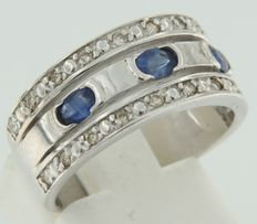 18 kt white gold ring set with sapphires and 20 brilliant cut diamonds, ring size 17.25 (54)