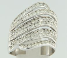 18 kt white gold ring with 100 diamonds