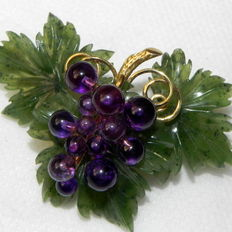 585 gold brooch, jade and amethyst grapes