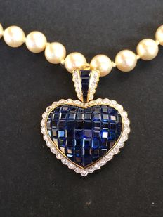 Heart with 62 sapphires surrounded by 42 brilliant diamonds that are set in yellow gold, plus necklace with 65 pearls, each 8 mm in diameter