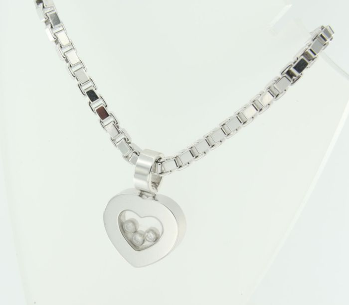 Hegersheimer shows Chopard necklace with heart pendant 18 kt white gold - pendant 2.2 x 1.5 cm - length of necklace 45 cm