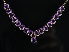 Very beautiful gold necklace with 17 purple coloured stones, 750 gold.