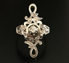 19th century marquise ring in 14k gold with a solitaire at the centre and diamond roses in pavé.