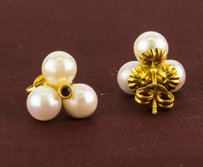 Yellow gold (18 kt/750) – Earrings – Cultured Akoya pearls: 5.20 mm – Rubies