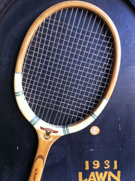 Tennis - Vintage pub sign with tennis racket + 2 loose rackets