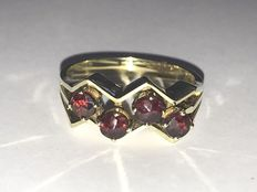 14 kt gold ring, '1960s type', set with garnet.