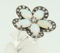 14 kt white gold ring in the shape of a flower, set with opal, Bolshevik and octagonal cut diamonds – ring size 17.25 (54)