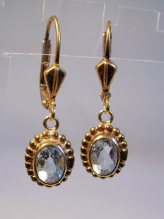 Gold earrings with genuine aquamarines, in total 1.2 ct.