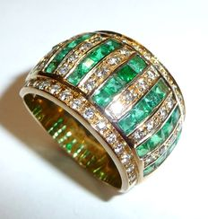 18 kt / 750 gold, very wide ring with 50 diamonds in brilliant cut of 1 ct and 2.8 ct Emeralds