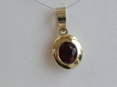 18 kt yellow gold pendant with a 1.70 ct rubellite tourmaline