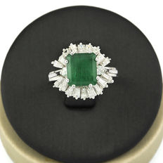 White gold ring with a central emerald and baguette-cut and brilliant-cut diamonds – size 13 (SP)