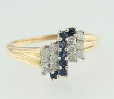 Bi-colour gold ring of 18 kt, set with brilliant cut sapphire and diamond – Ring size 17.5 (55)