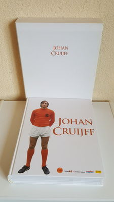 Biography - Johan Cruijff - Luxury Edition limited edition 1667 of 1947 pieces (birth year Cruyff) in casette - hand-signed by Johan Cruijff + COA