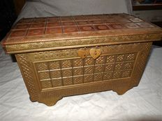 Teak wooden casket/wooden box from the colonial era with bronze/brass inlays - North India - middle of the 20th century