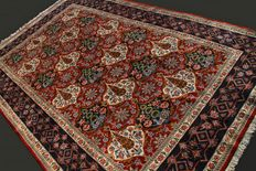 Extraordinary and genuine Iranian carpet (from QUM, Iran). Approximate length: 290 x 192 cm. Made of natural Kork wool. Semi-antique, first half of the 20th century. In excellent condition. From private collection, with certificate.