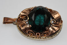 Pendant from 1880–1900 made of 333 gold with a green ornamental stone