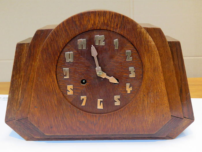 Amsterdam School/Art Deco mantel clock in oak casing - 1925 period