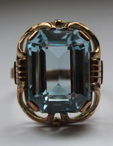 Ring with a large blue synthetic spinel