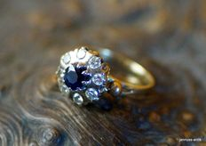 Ring 14 kt white gold - with a dark blue sapphire and 8 brilliants. Ring size 17.5 mm, size 55