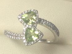 White gold 18 kt women's ring with brilliant cut diamonds and two peridots