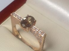 Rose gold, 18 kt women's ring with oval cut, brown diamond and 60 brilliant cut diamonds - 1.52 ct in total.