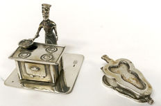 Two silver miniatures: cook next to stove and bellows, Netherlands, ca. 1935 and 1975