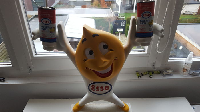 Esso Piet - height 48cm with two Esso cans