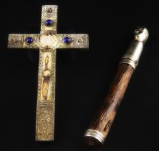 Old lot for Flagellating Monks, dating back to the 15th and 16th centuries, composed of a cross with precious stones and a whip in silver-plated metal and wood.