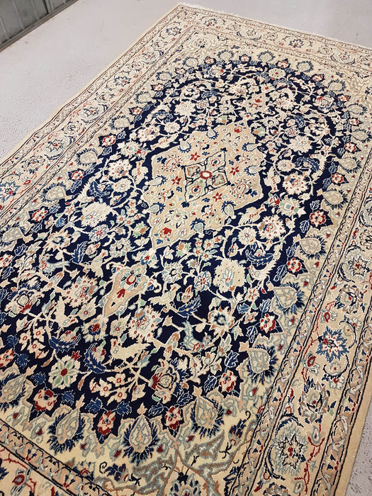 tapis persan nain tisse a la main chef d39oeuvre avec motif With tapis persan avec canapé ethnicraft