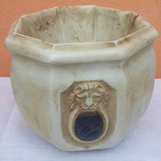 Large bowl in Carrara marble, with a lion carved medallion and lapis lazuli set - Italy, 19th C